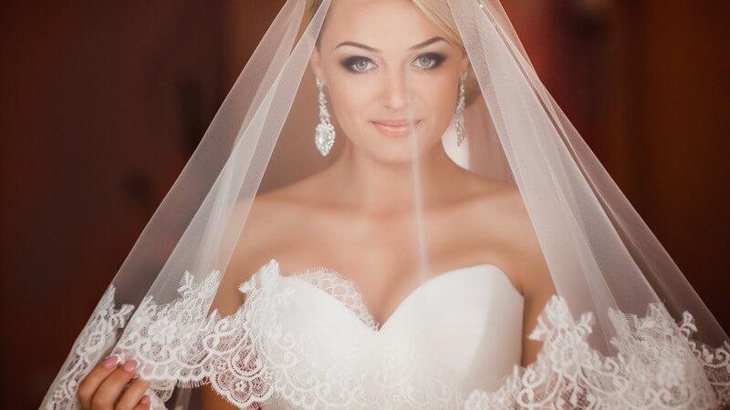 Ein durchdacht gewählter Brautschleier stellt eine stilvolle Ergänzung zum Brautkleid dar und ist