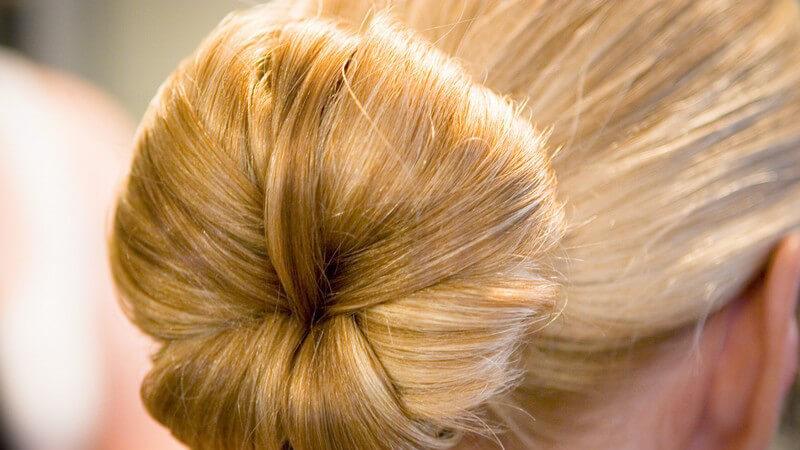 Zur langweiligen offenen Mähne, sind gekonnte Haargummi-Looks eine praktische und modische Alternative