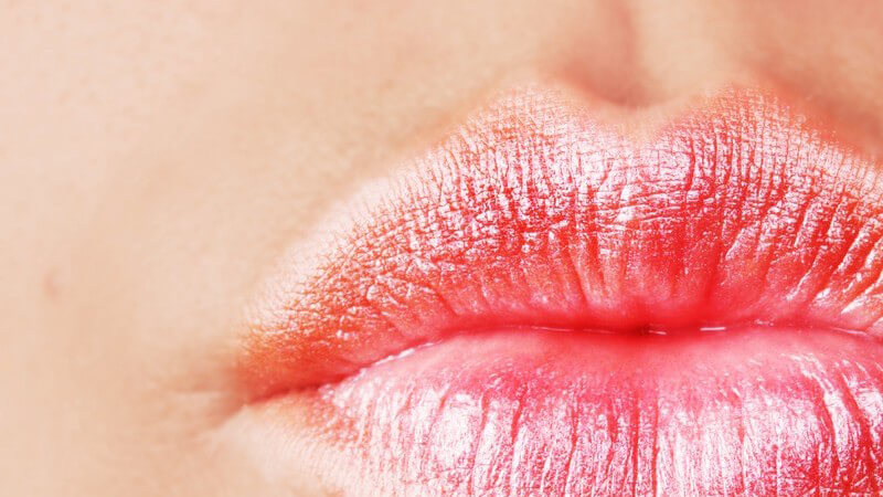 Die Lippenhaut ist sehr dünn, dadurch scheinen die Blutgefäße hindurch und sorgen für die Rotfärbung