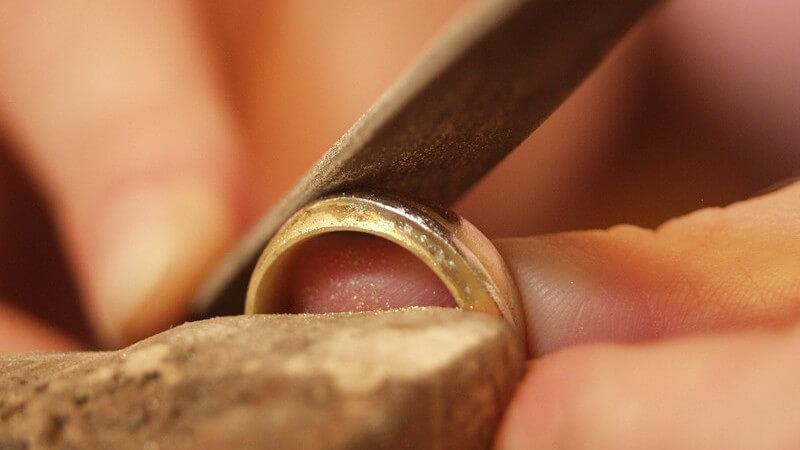 Hier erfahren Sie mehr über die Anforderungen und Tätigkeiten eines Goldschmieds oder Schmuckdesigners