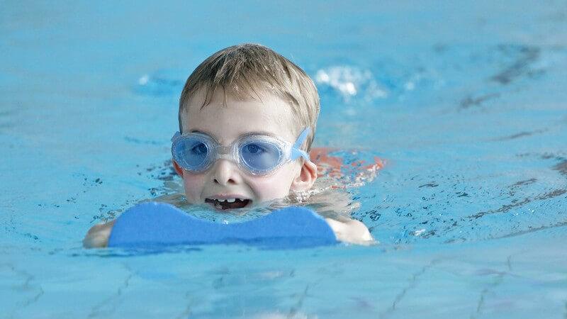 Sowohl in Sachen Bein- als auch Armarbeit gibt es spezielle Übungen, die das Erlernen des Brustschwimmens erleichtern