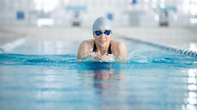 Das Brustschwimmen als effektives Muskeltraining - sowohl Arme, Beine, Bauch, Rumpf und Hals werden gestärkt