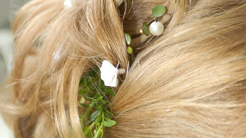 Wir zeigen Ihnen verschiedene haarschmuck-Varianten, mit denen Sie Ihre Frisur individuell aufpeppen können