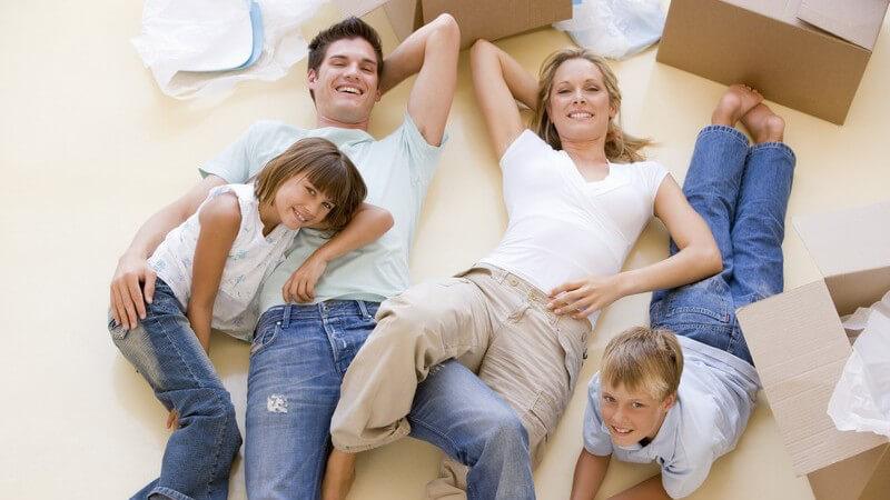 Zum Einzug in die neue Wohnung oder in das neue Haus sollte man das passende Einweihungsgeschenk parat haben - wir zeigen, welche Bräuche und Geschenke gut ankommen