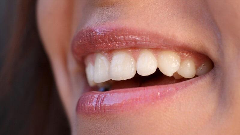 Wir klären auf, über extravaganten Zahnschmuck und dessen Strömungen und Risiken