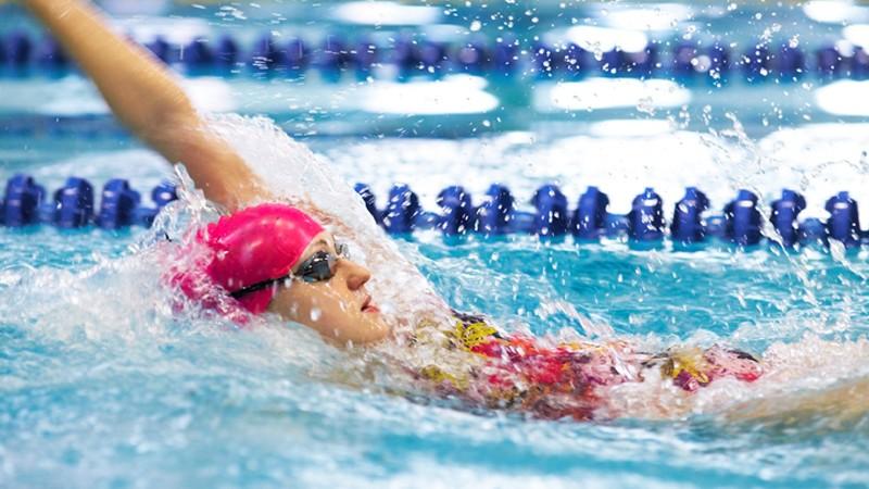 Rückenschwimmen auf einer Schwimmbahn