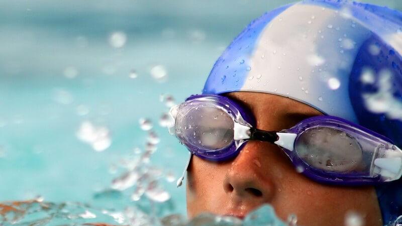 Je nachdem, ob man Anfänger oder Fortgeschrittener ist, schwimmt man beim Kraulen im Zweier- oder Dreierzug mit Seitenatmung