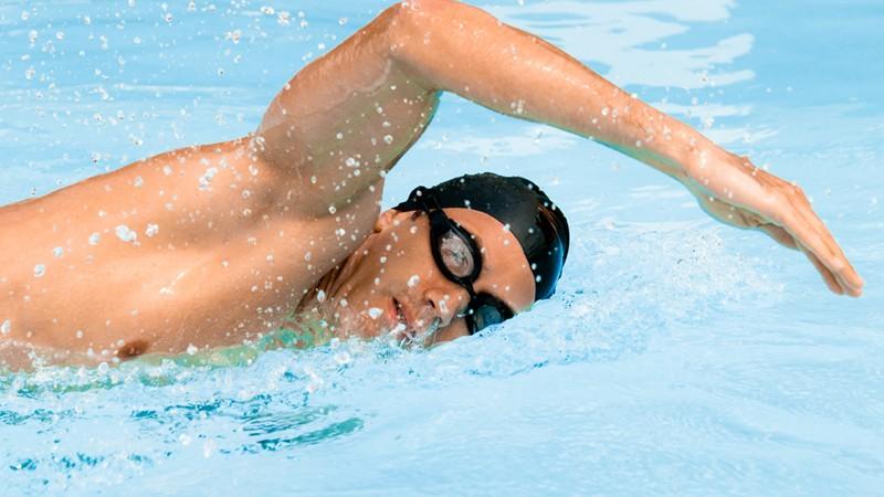 Schwimmer beim Kraulschwimmen