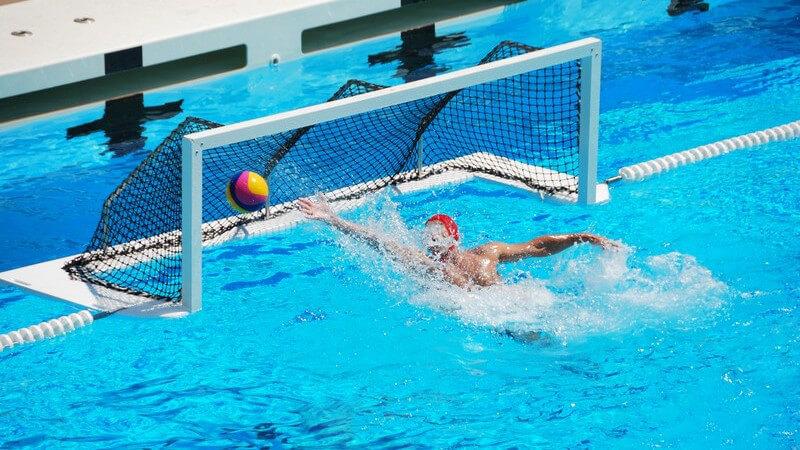 Im Wettkampfsport gelten erweiterte Regeln der Variante im Breitensport - gespielt wird im Schwimmbad oder auch im Meer