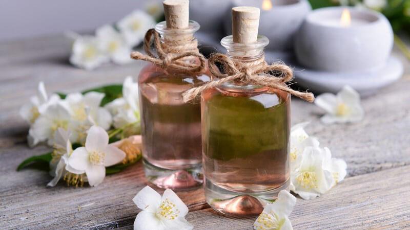Neemöl wird vornehmlich äußerlich angewandt und hilft z.B. bei Erkrankungen der Haut - auch in der Haarpflege kommt es zur Anwendung