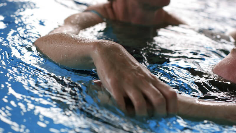 Als Rettungsschwimmer muss man komplexe Techniken und Griffe beherrschen, die Leben retten können