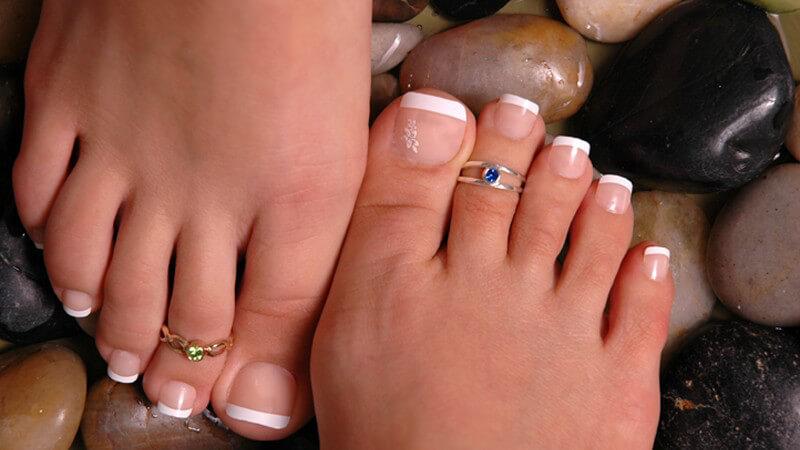 Jeder gesunde Mensch verfügt über fünf Zehen an jedem Fuß