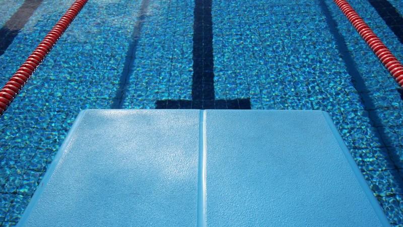 Das Schwimmen gilt als gelenkschonendes Training und eignet sich auch für Senioren sehr gut, um fit zu bleiben - wir informiern über die gesundheitlichen Vorzüge im Detail