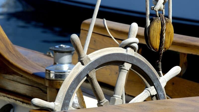 Ist man als Gast oder Mitsegler an Bord, muss man sich an die Anweisungen des Kapitäns halten - wer selber segelt, trägt die Verantwortung für das Schiff und die Passagiere
