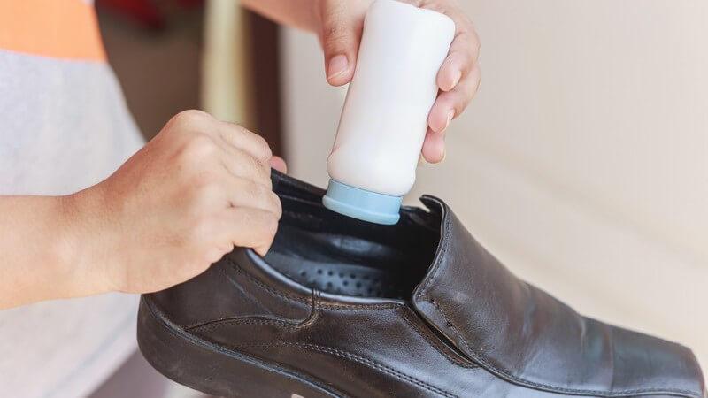 Wir geben Tipps zur Anwendung von Fußpuder gegen Schweißfüße