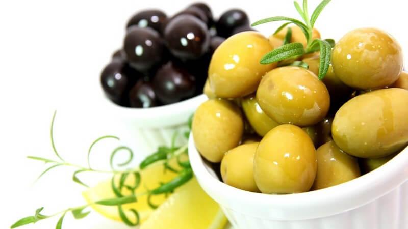 Grüne und schwarze Oliven sowie das beliebte Olivenöl enthalten wertvolle Inhaltsstoffe und gelten mitunter als krebsvorbeugend