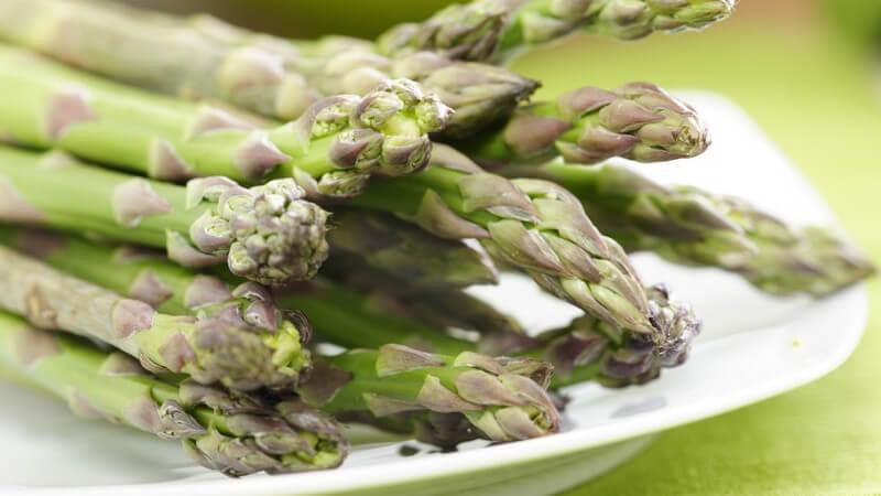 Es gibt sowohl grünen, als auch weißen Spargel; er lässt sich im Salat, als Suppe oder auch überbacken zubereiten - der weiße Spargel muss zunächst geschält werden