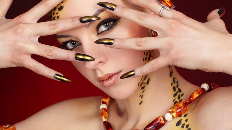 Für künstliche Fingernägel gibt es verschiedene Kleber, bei deren Auswahl man auf die Qulalität achten sollte