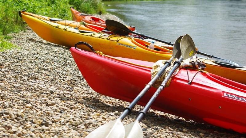 Beim Wasserwandern kann man herrlich entspannen und den stressigen Alltag hinter sich lassen - in Deutschland findet man zahlreiche passende Gebiete
